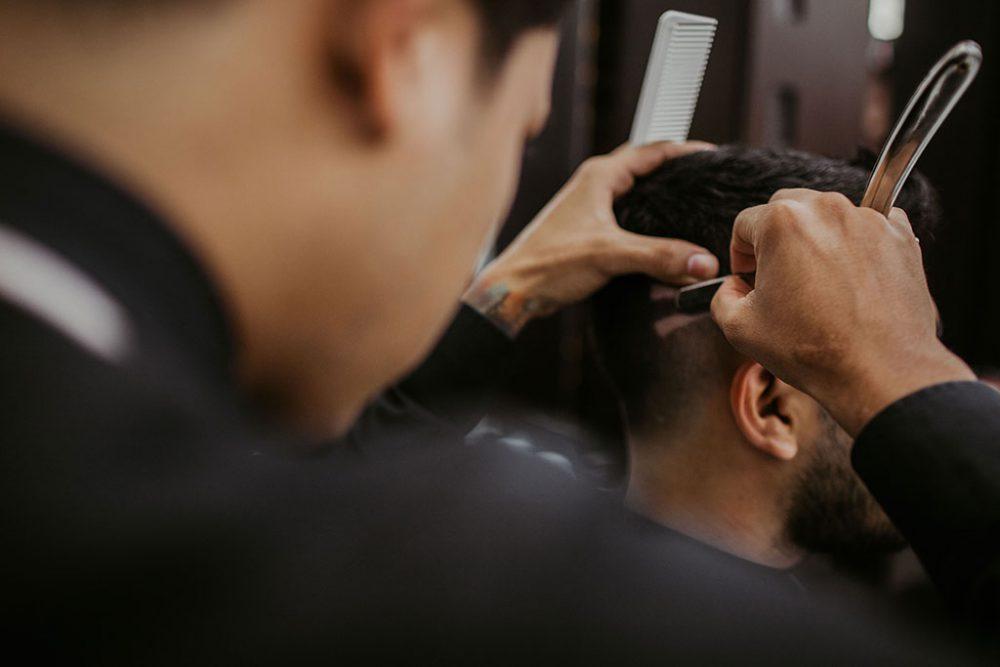 Barber, Barbier, Herrenfriseur bei der Arbeit